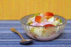 Apple och yoghurt i bunke Royaltyfri Fotografi