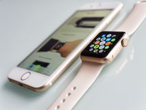 Apple olha o iPhone 6S do esporte e do Apple Foto de Stock Royalty Free