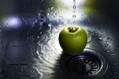 Apple onder water Royalty-vrije Stock Foto's