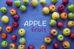 Apple op blauwe achtergrond Royalty-vrije Stock Afbeeldingen