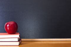 Apple op boeken Stock Afbeeldingen