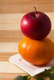 Apple op een grapefruit Stock Afbeelding