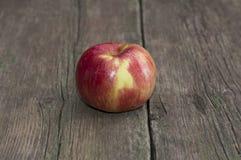 Apple op een oude houten lijst Stock Foto's