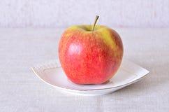 Apple op een schotel Stock Afbeelding
