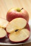 Apple op een witte plaat Royalty-vrije Stock Foto's