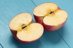 Apple op een witte plaat Stock Afbeeldingen