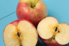 Apple op een witte plaat Royalty-vrije Stock Afbeeldingen