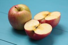 Apple op een witte plaat Stock Fotografie