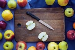 Apple op houten achtergrond Royalty-vrije Stock Foto's