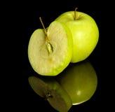 Apple op weerspiegelende grond Royalty-vrije Stock Afbeeldingen