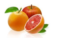 Apple, oranje grapefruit, die op witte achtergrond wordt geïsoleerd Stock Foto