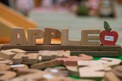 Apple ord vid den wood bokstaven Arkivfoton