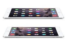 Apple Osrebrza iPad powietrze 2 z iOS 8 kłamstwami na powierzchni, projektującej Obrazy Stock