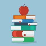 Apple på bunt av bokar Arkivfoto