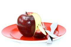 Apple på den röda plattan Arkivbilder