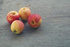 Apple på den wood tabellen Royaltyfri Foto