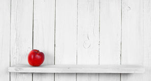 Apple på en trähylla Royaltyfria Foton