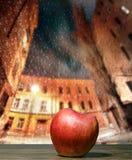 Apple på ett regnigt fönster Arkivfoton