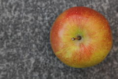 Apple på granitbakgrund Arkivfoton