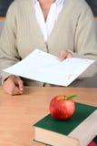 Apple på lärareskrivbordet Arkivfoton