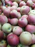Apple på marknaden för bonde` s arkivfoto