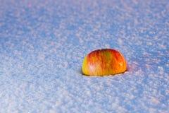 Apple på snow royaltyfria bilder