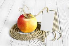 Apple på trätabellöverkant arkivbild