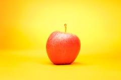 Apple på guling Fotografering för Bildbyråer
