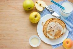 Apple pannkakor med förtätat mjölkar och muttrar Royaltyfri Bild