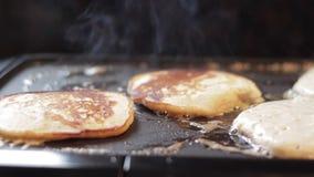 Apple pannkakor som lagar mat på lagget stock video