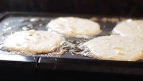 Apple pannkakor som lagar mat på lagget arkivfilmer