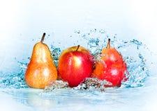 Apple, pera y agua Foto de archivo