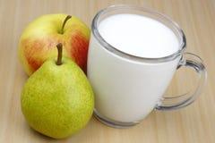 Apple, pera y leche. Imágenes de archivo libres de regalías