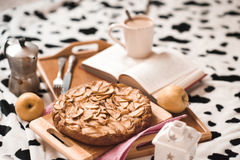 Apple pir με τον καφέ στο κρεβάτι Στοκ Φωτογραφίες