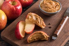 Apple-plakken met pindakaas stock foto