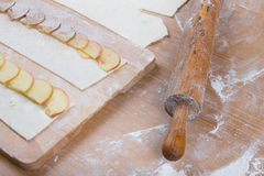 Apple-plakken op strepen van deeg en deegrol op een licht hout Royalty-vrije Stock Foto's