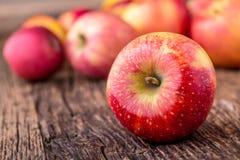 Apple Pommes rouges en d'autres positions sur le conseil en bois Photographie stock libre de droits