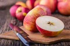 Apple Pommes rouges en d'autres positions sur le conseil en bois Image libre de droits