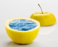 Apple por completo del agua Imagen de archivo libre de regalías