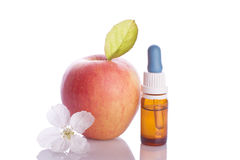 Apple portent des fruits avec la fleur et le droper blancs Photographie stock libre de droits