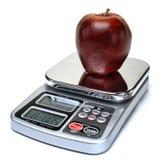 Apple portent des fruits sur l'échelle pour la calorie comptant le régime Photographie stock