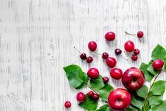 Apple, pulm, κεράσι για το ποτό θερινών φρούτων στην ξύλινη τοπ άποψη επιτραπέζιου υποβάθρου copyspace Στοκ εικόνες με δικαίωμα ελεύθερης χρήσης
