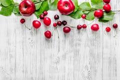 Apple, pulm, κεράσι για το ποτό θερινών φρούτων στην ξύλινη τοπ άποψη επιτραπέζιου υποβάθρου copyspace Στοκ Εικόνες