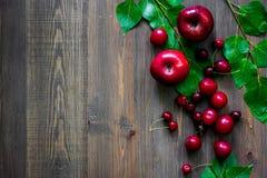 Apple, pulm, κεράσι για το ποτό θερινών φρούτων στην ξύλινη τοπ άποψη επιτραπέζιου υποβάθρου copyspace Στοκ Φωτογραφίες