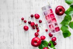 Apple, pulm, κεράσι, πάγος για το ποτό θερινών φρούτων στην ξύλινη τοπ άποψη επιτραπέζιου υποβάθρου copyspace Στοκ Φωτογραφίες
