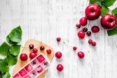 Apple, pulm, κεράσι, πάγος για το ποτό θερινών φρούτων στην ξύλινη τοπ άποψη επιτραπέζιου υποβάθρου copyspace Στοκ Εικόνες