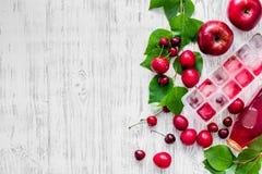 Apple, pulm, κεράσι, πάγος για το ποτό θερινών φρούτων στην ξύλινη τοπ άποψη επιτραπέζιου υποβάθρου copyspace Στοκ εικόνες με δικαίωμα ελεύθερης χρήσης