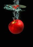 Apple que cae en el agua fotos de archivo