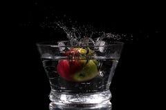 Apple que espirra na água Fotos de Stock Royalty Free