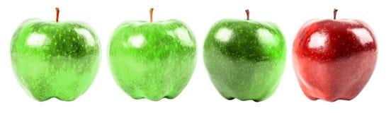 Apple red delicious parmi les pommes vertes Photos stock